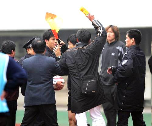 图文-[足协杯]武汉2-1九城肇事者对裁判准备下手