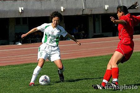 图文-女超第2轮北京2比0胜河北任丽萍带球突破