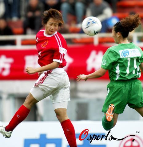 图文-[女超]天津队2-1胜北京李静和天津队员抢头球