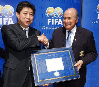 图文-国际足联百年庆典布拉特向张吉龙颁发纪念牌
