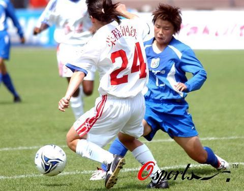 图文-女足超级联赛上海2-0天津双方队员激烈拼抢