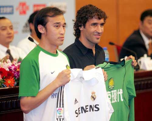 图文-2005皇马中国行第一次发布会劳尔陶伟换球衣