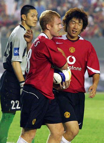 图文-北京现代0-3曼联曼联两位球星庆贺胜利