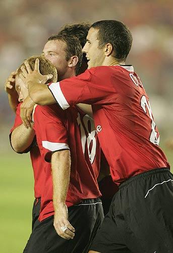 图文-现代0-3负曼联斯科尔斯的进球鼓舞红魔