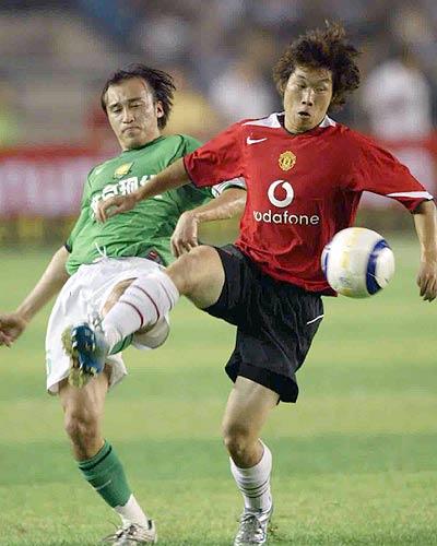 图文-现代0-3负曼联现代队长陶伟VS朴智星