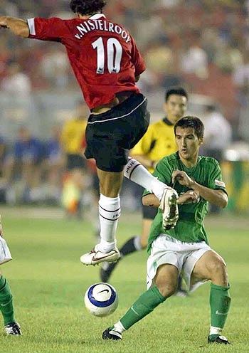 图文-现代0-3负曼联阿莱克斯摆开防御架势