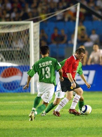 图文-北京现代0-3不敌曼联鲁尼带球突破现代两球员