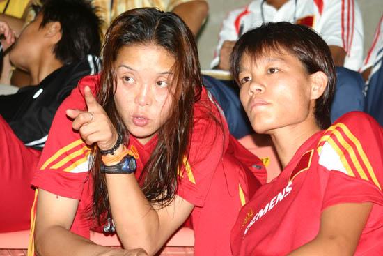 中国女足观战日朝比赛李洁和队友讨论