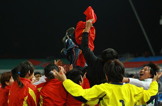 图文-[十运女足]北京夺冠教练成姑娘们发泄工具