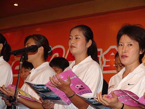 图文-美丽女足姑娘的场外精彩裁判们表演诗朗诵