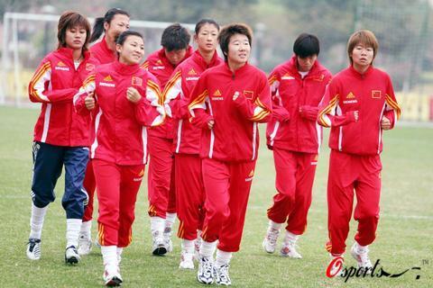 图文-中国女足积极备战中美大战队员们轻松训练