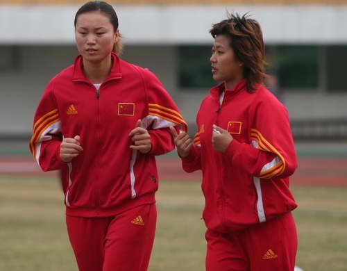 图文-女足抵达广州开始备战韩端慢跑顺便指导队友