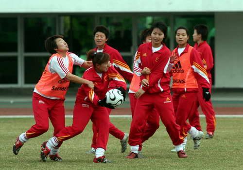 图文-女足抵达广州开始备战分组对抗中大家来真的