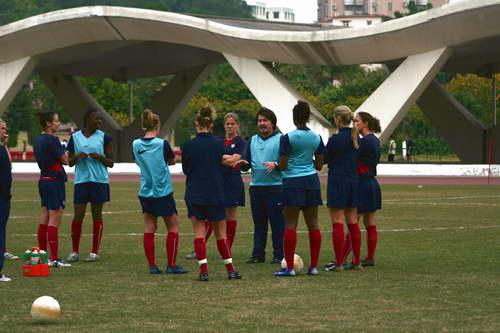 图文-美国女足广州备战四国赛姑娘们在认真听讲