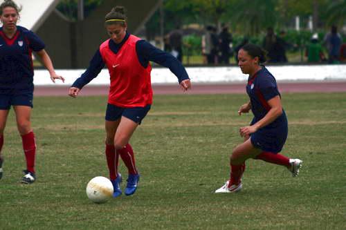 图文-美国女足广州备战四国赛队员们身体素质出众