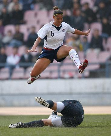 图文-[女足四国赛]英格兰1-1美国绿茵场上演跨栏