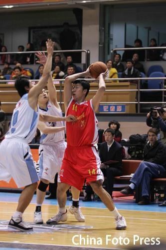 图文-CBA24轮北京主场战八一面对夹击寻找战机