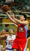 图文-[CBA]上海主场负于新疆龚大明突破上篮