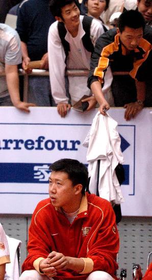 图文-中国男篮队内热身赛球迷想钓王治郅?