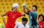 图文-[亚运]中国女足VS韩国韩门将扑击李洁头球