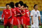 图文-[亚运]中国女足VS韩国王坤与队友分享快乐