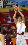 图文-亚运男篮决战中国对卡塔尔易建联篮下跳投