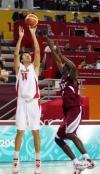 图文-男篮决赛中国59-44卡塔尔大郅外线投球