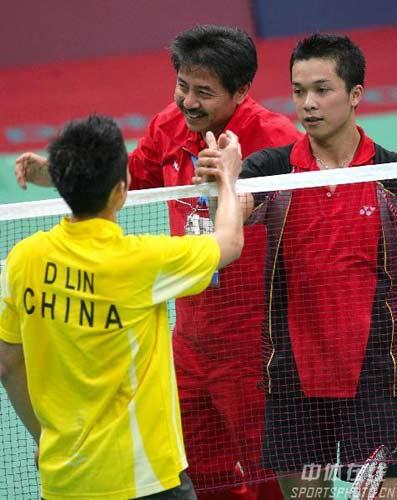 图文-羽毛球陶菲克夺冠 双方队员握手问好图片