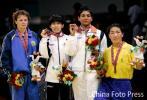 图文-摔跤女子55公斤级决赛冠亚季军选手合影