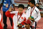 图文-刘翔打破亚运会纪录夺冠与朋友打招呼