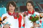 图文-女子双人三米板李婷/郭晶晶夺冠两人展示金牌