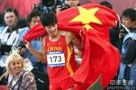 图文-刘翔110米栏夺冠破亚运记录刘翔身披国旗