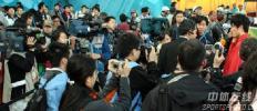 图文-刘翔夺冠打破亚运纪录接受国际媒体采访