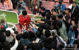 图文-刘翔夺冠打破亚运纪录飞人被媒体围困其中