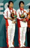 图文-郭晶晶/李婷女子双人三米板夺冠两人在领奖瞬间