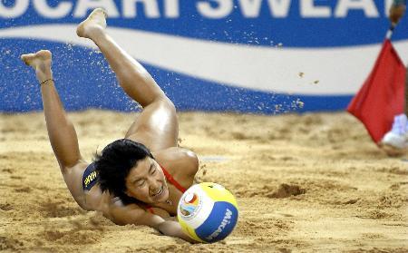 女子沙滩排球薛晨 张希夺冠 张希在奋力救球