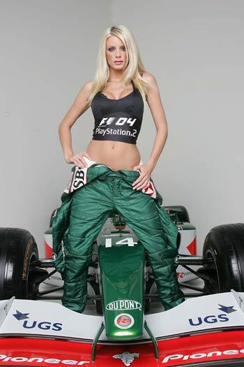 酥胸美女与美洲虎F1助阵游戏发布 骑上美洲虎