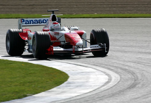 特鲁利穿上丰田战服试车为丰田车队做测试