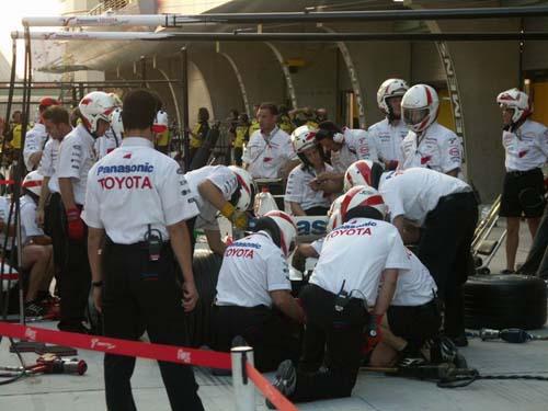 图文-F1中国站正赛在即丰田车队做进站演练(1)