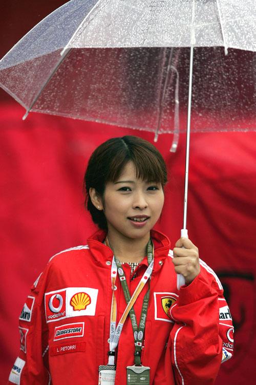 """图文-F1日本站首次练习法拉利车队""""靓妹"""""""