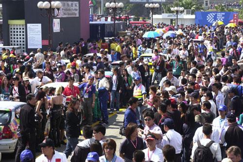 图文-澳门格兰披治F3赛车宝贝人群中惹眼