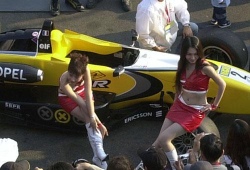 图文-澳门格兰披治F3赛车宝贝骚首弄姿