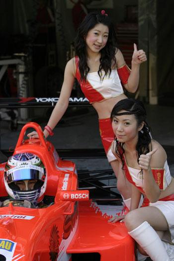 图文-澳门格兰披治F3赛车宝贝助阵车手