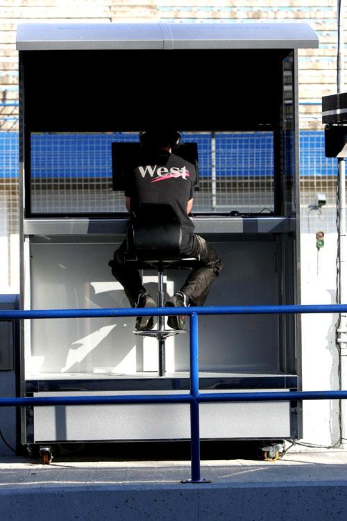 图文-F1赫雷斯第2轮试车孤独的迈凯轮工程师
