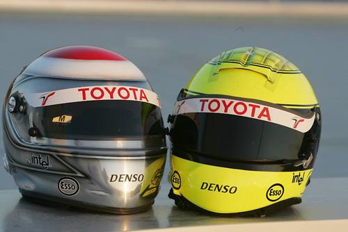 图文-F1赫雷斯赛道试车第3日特鲁利与小舒的头盔