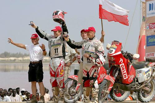 图文-达喀尔拉力赛落幕两位波兰人欢庆完赛