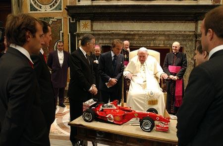 图文-法拉利车队觐见教皇车队经理向教皇介绍赛车