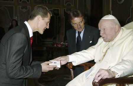 图文-法拉利车队觐见教皇舒马赫恭敬接受教皇馈赠