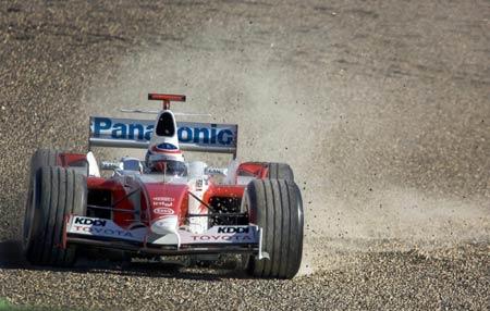 图文-法拉利车队西班牙试车丰田赛车疾驰掀起沙尘