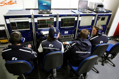 图文-威廉姆斯首次测试新车FW27技师们采集数据